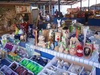 Сувениры на рынке в стиле кич